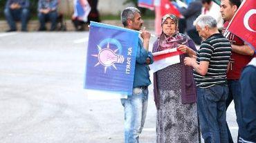 Des supporters de l'AKP devant le siège du parti à Ankara le 7 juin 2015