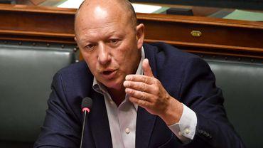 Hans Bonte critique la réaction de Bruxelles à l'augmentation des contaminations au coronavirus dans la capitale.