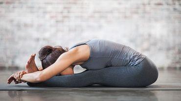 Le yoga est une discipline, qui, comme tous les sports, peut engendrer blessures et douleurs, particulièrement des membres supérieures.