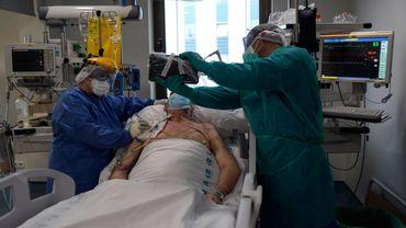 Moins de lits occupés en soins intensifs en Belgique, mais toujours autant de patients sous machine à cause du Covid-19