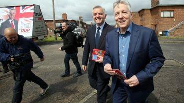 Le Premier ministre d'Irlande du Nord, l'unioniste Peter Robinson (d), le 6 mai 2015 à Belfast