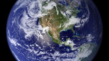 La Terre: bleue à l'extérieur, et de plus en plus rouge à l'intérieur.