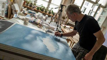 Le peintre canadien Marc Bowditch dans son studio des Treptow Ateliers à Berlin, le 20 juin 2019