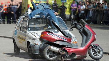 Un mannequin est utilisé pour simuler un accident entre une voiture et un scooter.