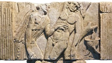 Relief en pierre avec médecin soignant un soldat
