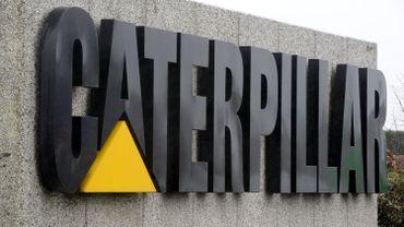 A quelques jours des premiers départs chez Caterpillar, une poignée d'ouvriers travaillent actuellement sur une œuvre d'art, un tourniquet d'entrée d'usine géant, de plusieurs mètres de haut.