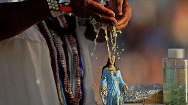 Pétales de roses, parfums, bijoux…pour la déesse afro-brésilienne de la mer, Yemanja.
