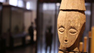 Un masque en bois exposé dans le nouveau musée national de la République démocratique du Congo à Kinshasa. Le musée, financé par la Corée du Sud, a été officiellement inauguré hier par le président Felix Tshisekedi. SAMIR TOUNSI / AFP