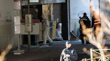 Un officier de la police scientifique belge entre dans la station de métro Maelbeek à Bruxelles, cible d'une attaque terroriste le 22 mars 2016