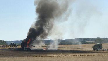 Une moissonneuse-batteuse en feu à Mettet, impressionant dégagement de fumées