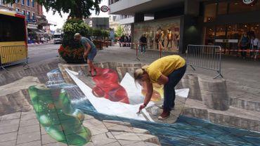 L'artiste achève son oeuvre au Square Léopold à Namur