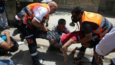 Des secouristes transportent le corps d'un Palestinien tué par un colon israélien lors de heurts à Naplouse, le 18 mai 2017 en Cisjordanie