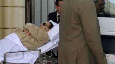 Hosni Moubarak transporté en ambulance à l'issue de son procès le 2 juin 2012 au Caire