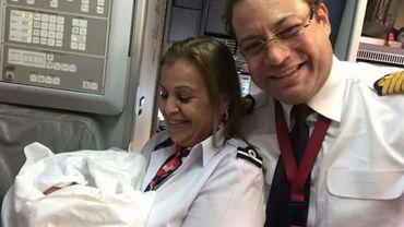 Le personnel navigant de Tunisair, qui a aidé le bébé à venir au monde, a ensuite posé avec lui.