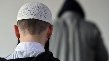 """Les musulmans de France, évalués par Pew à 5,7 millions en 2016 (8,8% de la population), en formeraient 12,7% en 2050 dans l'hypothèse d'une """"immigration zéro"""" et 18% dans l'hypothèse d'une forte immigration"""