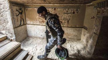 Une momie humaine et plus de 50 momies de souris, de faucons et de chats y ont été découvertes, selon le ministère.