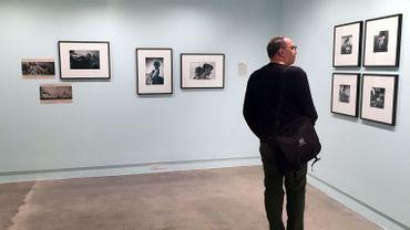 Un homme regarde les photos dans une exposition du 70e anniversaire de l'agence Magnum au Centre International de Photographie à New York.