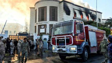 Un camion de pompiers et des responsables de la sécurité à l'extérieur du ministère des Affaires étrangères libyen à Tripoli, la capitale, où a eu lieu une attaque, le 25 décembre 2018