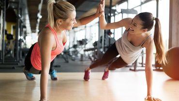 Le sport en groupe permettrait de faire baisser le stress des sportifs.