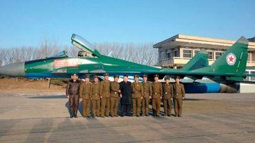 Le dirigeant nord-coréen et chef suprême de l'armée, Kim Jong-Un, rend visite à des militaires de la force aérienne