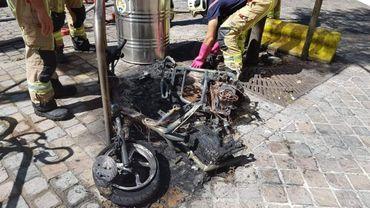 Un vélomoteur électrique a pris feu dans une rue de Schaerbeek lundi après-midi