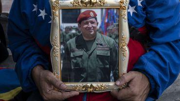 POrtrait d'Hugo Chavez tenu par un supporter vénézuélien, à Caracas, ce 5 mars
