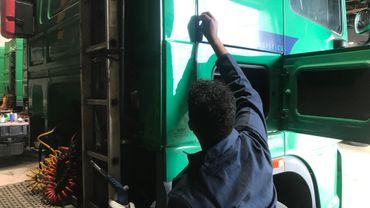 La formation touche à de nombreux aspects des métiers du transport routier. Omar par exemple a travaillé au délettrage de camions