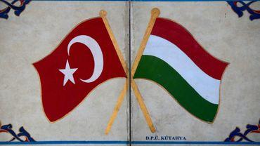 Les drapeaux turc (G) et hongrois (D) au parc de l'amitié entre la Hongrie et la Turquie près de Szigetvar en Hongrie le 2 septembre 2016
