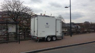 Cela ressemble à une baraque à frites, mais il s'agit de mesurer la qualité de l'air ici à Namur, sur le Grognon, au bord de la Sambre.
