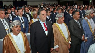 Le ministre israélien des Transports, Yisrael Katz, et des responsables omanais lors de la conférence de l'Union internationale des transports routiers (IRU) à Mascate, le 7 novembre 2018