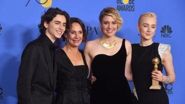 Timothee Chalamet, Laurie Metcalf, Greta Gerwig et Saoirse Ronan posent avec le trophée de la meilleure comédie