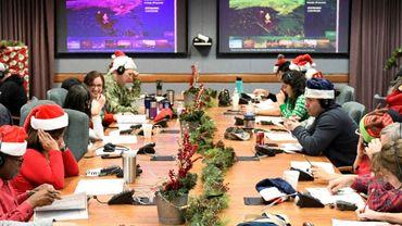 Des bénévoles travaillent au site de la Norad qui suit la tournée du Père Noël depuis la base Peterson de l'US Air Force, le 24 décembre 2018 à Colorado Springs
