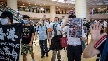 Hong Kong : des milliers de manifestants entonnent un chant de protestation