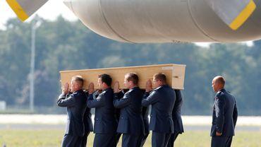 Des hommes portent le cercueil d'une victime du crash du MH17 en Ukraine, le 4 août 2014 à l'aéroport d'Eindhoven.