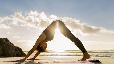 Les meilleurs spots pour pratiquer le yoga à deux sur la plage cet été