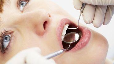 La maladie parodontale touche et détruit les tissus de soutien des dents, les gencives et l'os.