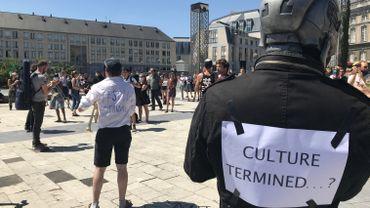 Environ deux cents artistes se sont réunis ce jeudi après-midi sur l'esplanade de la place Saint-Lambert.