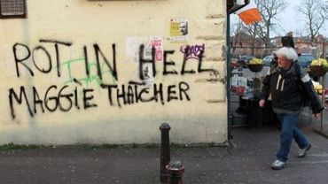 """Un tag souhaitant à  Margaret Thatcher de """"pourrir en enfer""""  le 9 avril 2013 sur les murs de Belfast-Ouest"""