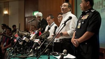 Le ministre malaisien des Transports Hishammuddin Hussein (2e d) lors d'une conférence de presse le 16 mars 2014 à Kuala Lumpur