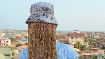 Anas Aremeyaw Anas n'apparaît en public qu'affubler d'un bob et d'un voile de perles qui lui dissimulent la chevelure et la figure.