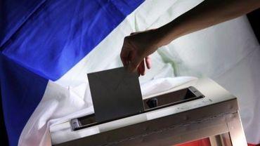 Un bulletin dans l'urne sur fond de drapeau tricolore
