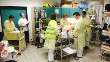 Les simulations se déroulent au service des urgences dans les salles où les médecins et infirmières prennent quotidiennement en charge les patients. (Photo RTBF - Marc Mélon).