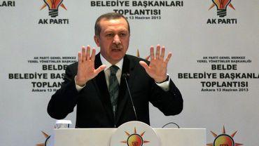 Tayyip Recep Erdogan harangue ses militants et menace les contestataires