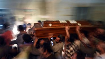 Un cercueil amené dans la cathédrale d'Abu Garnous à Maghagha après l'attaque de l'EI qui a fait 29 morts et de nombreux enfants.