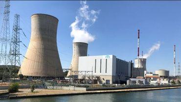 En bord de Meuse, les deux réacteurs Tihange 1 et Tihange 2