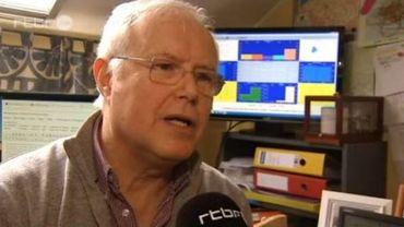 André Etienne devant son ordinateur où il encode les données météo et ses communiqués
