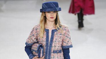 Chanel Le bleu denim était très présent dans la dernière collection de la maison Chanel - Défilé automne-hiver 2016-2017.