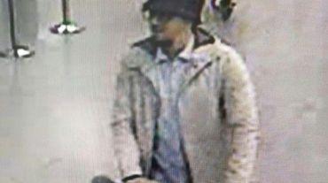 Capture d'une caméra surveillance diffusée par la police fédérale belge d'un suspect de l'attentat contre l'aéroport de Bruxelles le 22 mars 2016