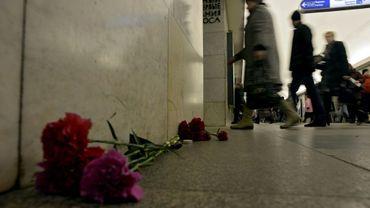 Des fleurs déposées en hommage aux victimes de l'attentat du métro de Saint-Pétersbourg, dans la station de l'Institut Technologique, le 4 avril 2017