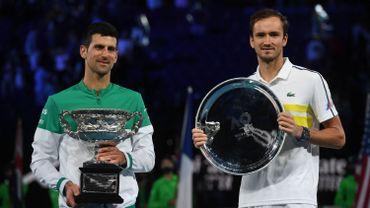 Djokovic et Medvedev posent avec leur trophée à l'Open d'Australie